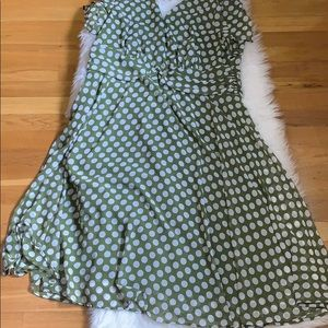 Connected woman green polka dot dress/20W